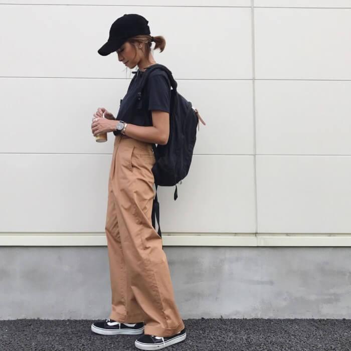 黒キャップ×黒Tシャツ×ワイドパンツの春夏コーデ画像