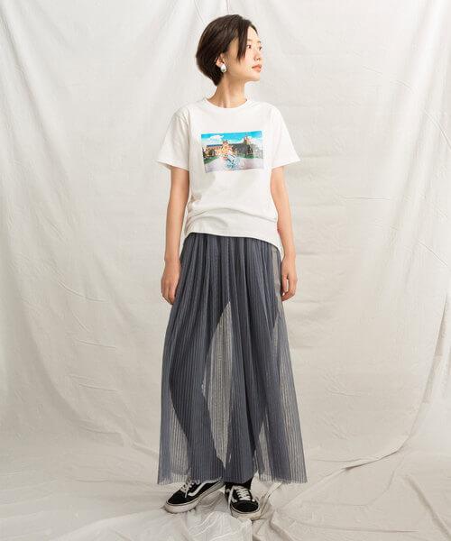 プリントTシャツ×黒スキニー×ローテクスニーカーのコーデ画像