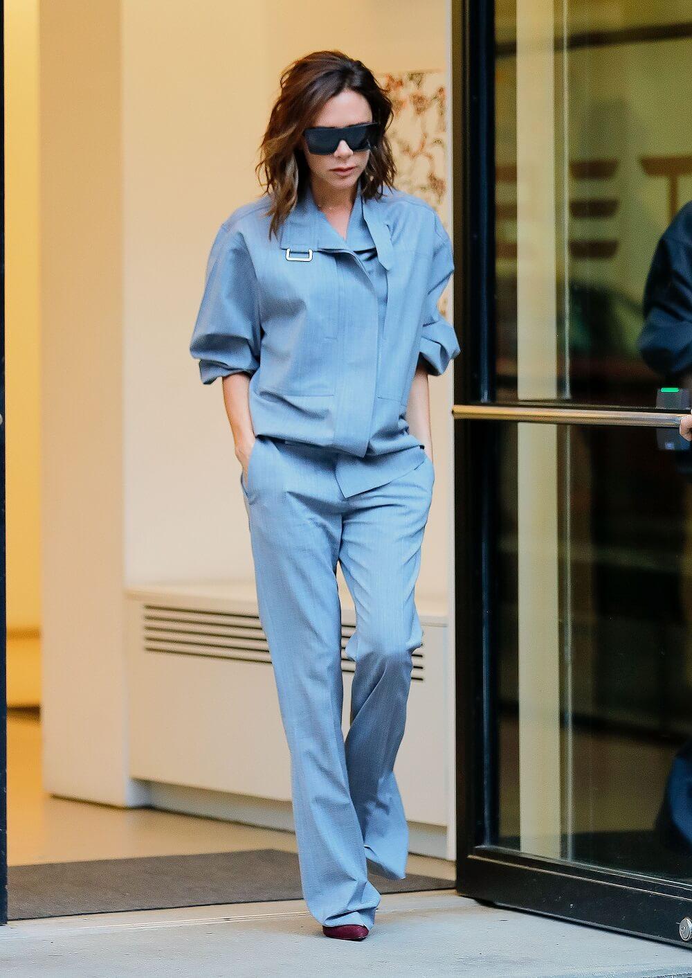 ヴィクトリア・ベッカムの私服ファッション写真(ブルーのセットアップ)