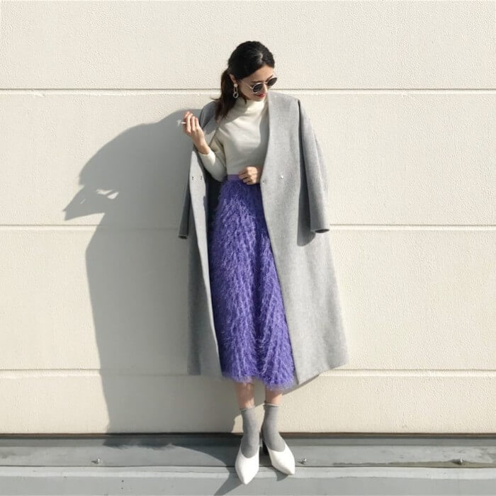 ラベンダー色スカート×グレーコートのコーデ画像