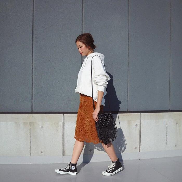 白ビッグパーカーとブラウンレーススカートのコーデ画像