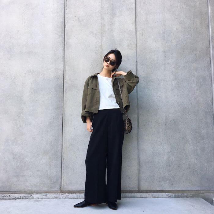 ミリタリージャケット×白Tシャツ×黒ワイドパンツのコーデ画像
