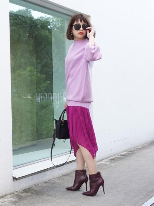 薄ピンクのスウェットトップス×濃ピンクのヘムスカートのコーデ画像
