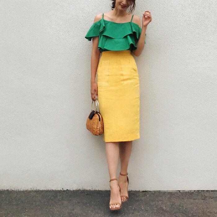 グリーンオフショルダーブラウス×イエロースカートのコーデ画像