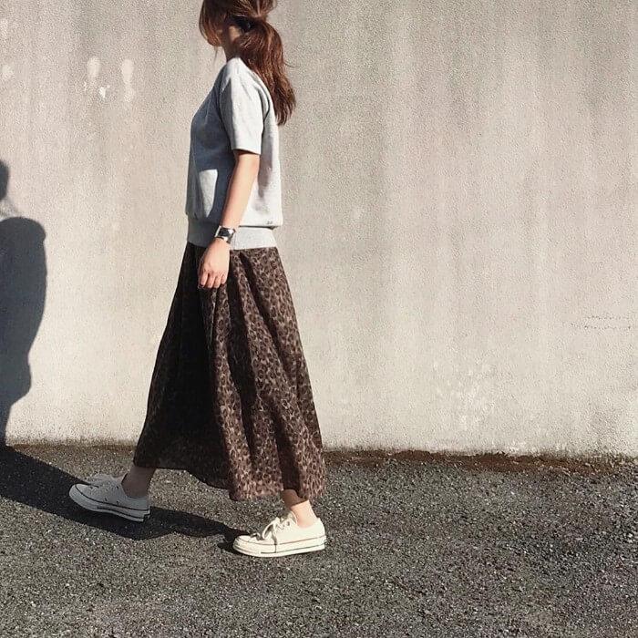 レオパード柄ロングスカートとグレースウェットのコーデ画像