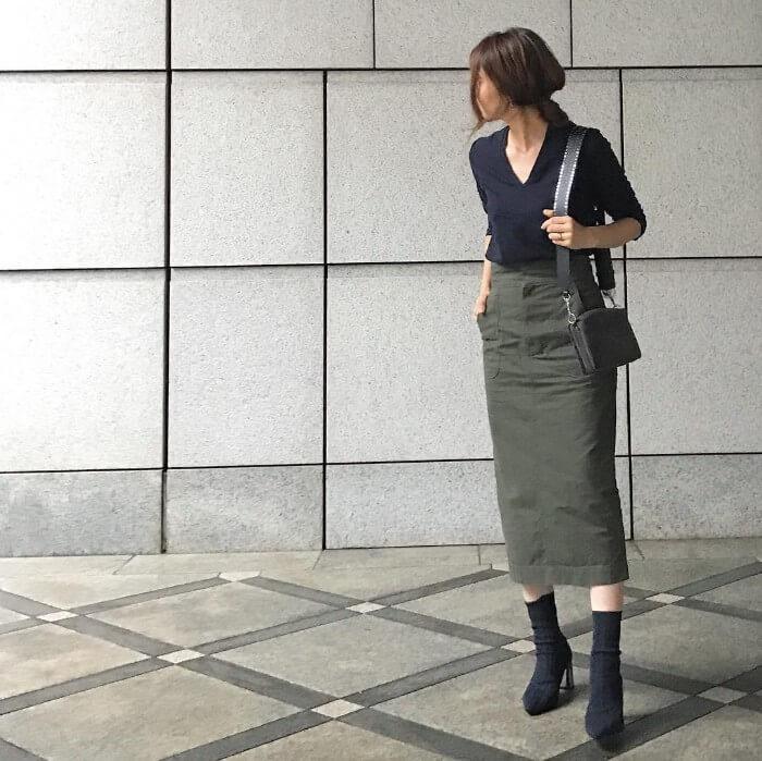 ネイビーVネックニット×カーキタイトスカートのコーデ画像