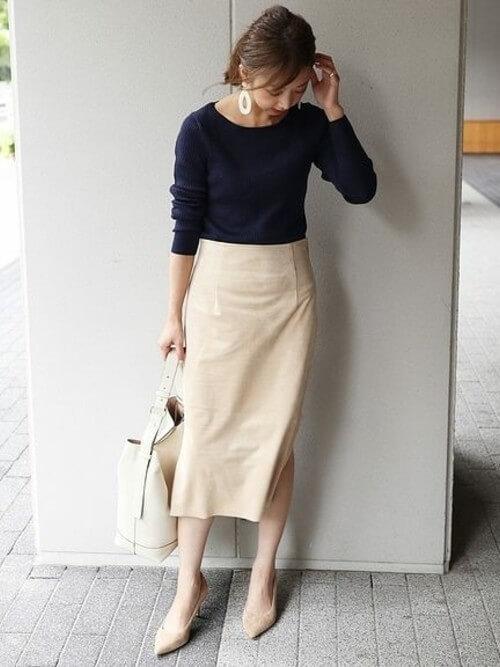 ネイビーニット×ベージュタイトスカートのコーデ画像