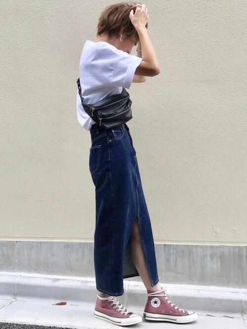 デニムスカートとラフなTシャツやスニーカーを合わせた画像