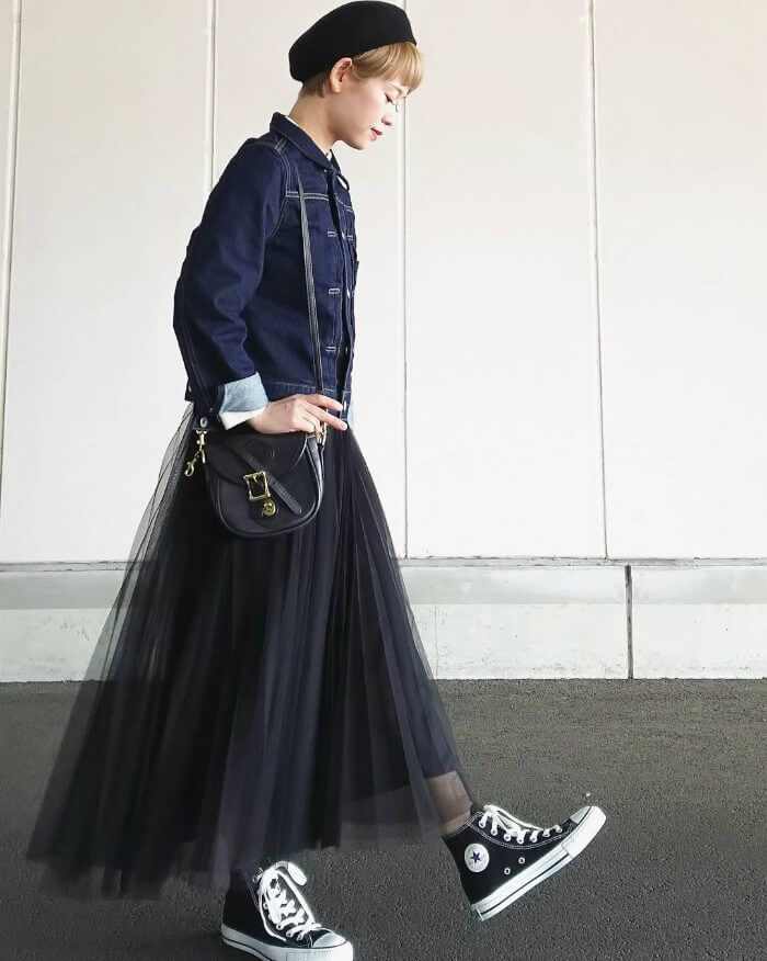 黒チュールプリーツスカート×デニムジャケットのコーデ画像