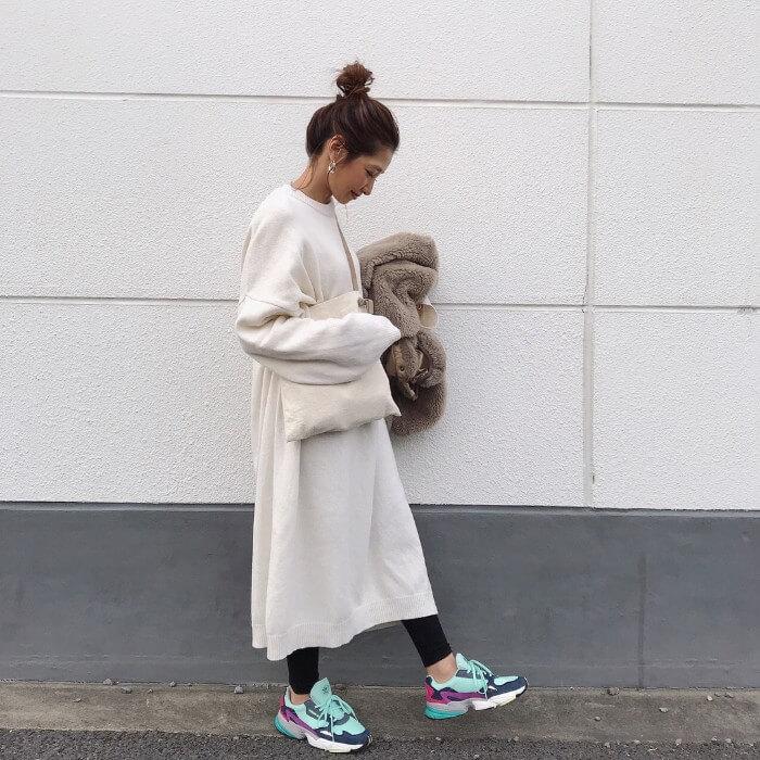 【3】派手色スニーカーをワンポイントで入れたコーデ画像