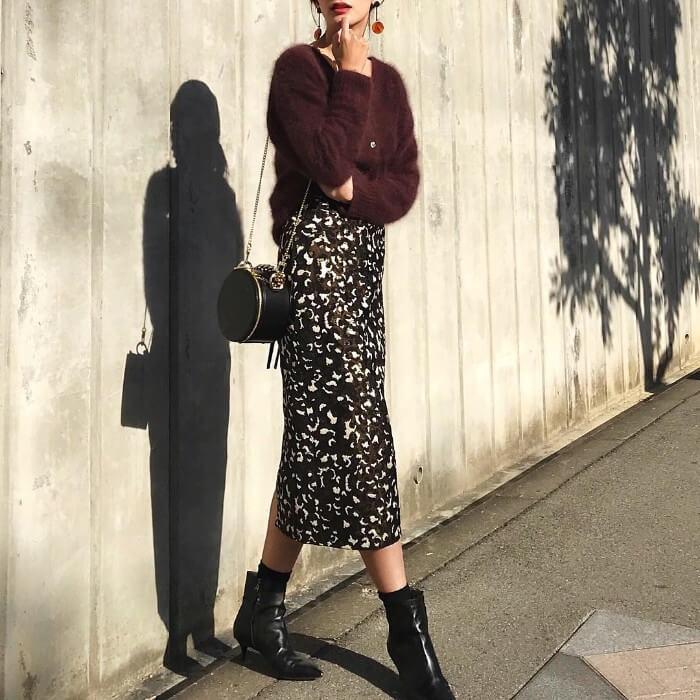 バーガンディシャギーニット×レオパード柄タイトスカートのコーデ画像