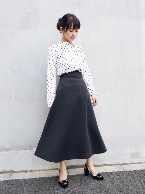 白ドットシャツ×黒フレアスカートのコーデ画像