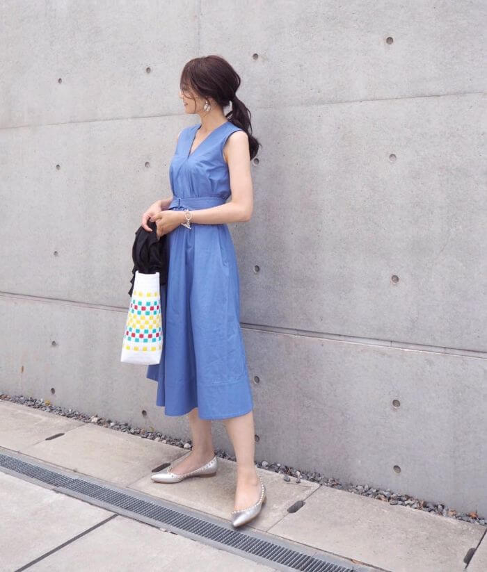 青のノースリーブ ワンピースのコーデ画像