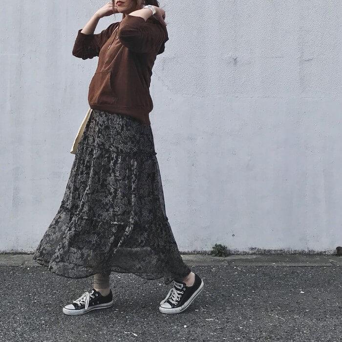 茶色パーカー×ペイズリー柄ロングスカートのコーデ画像