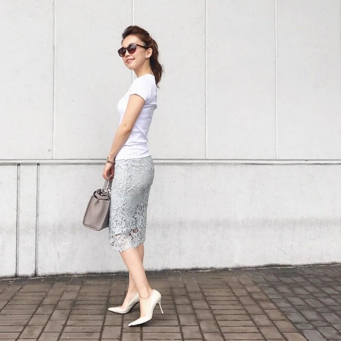 白T×ライトグレータイトスカートのコーデ画像