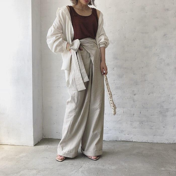 セットアップ風コーデを抜き襟と袖まくりしている写真