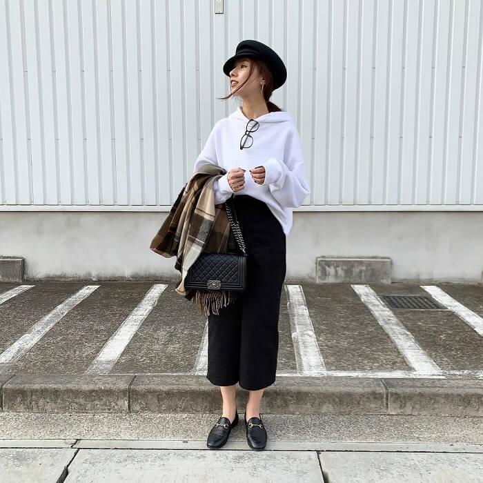 白スウェットパーカー×黒タイトスカートのコーデ画像