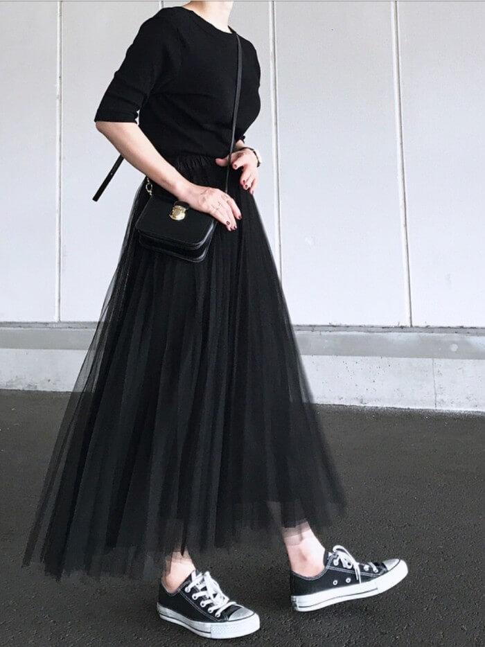 黒チュールロングスカートのオールブラックコーデ画像