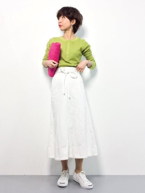 ライムグリーントップス×白デニムフレアスカート×ピンクバッグのコーデ画像