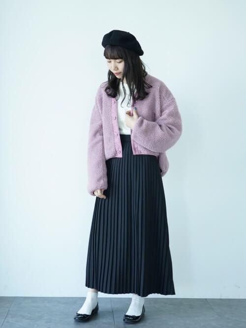 黒プリーツスカート×ピンクボアブルゾンのコーデ画像