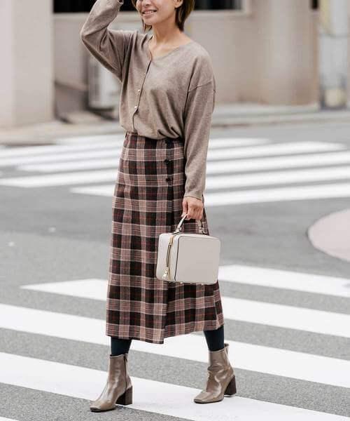 オーバーチェック柄のスカート×タイツのコーデ画像