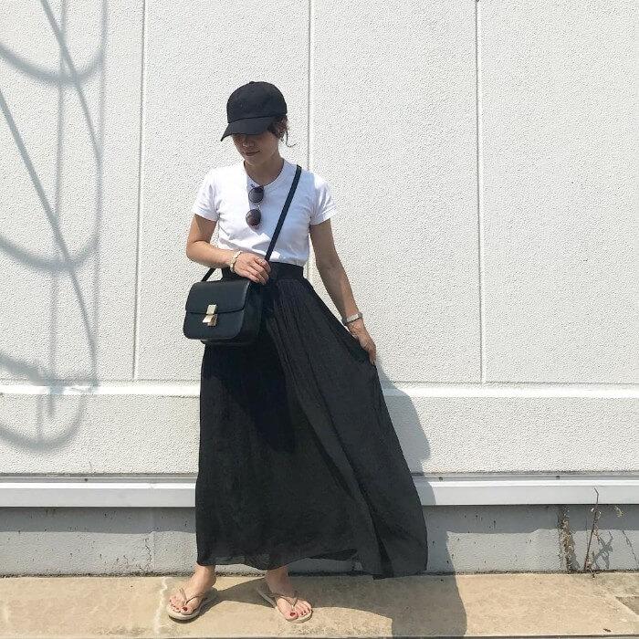 白Tシャツ×黒ロングスカートのコーデ画像