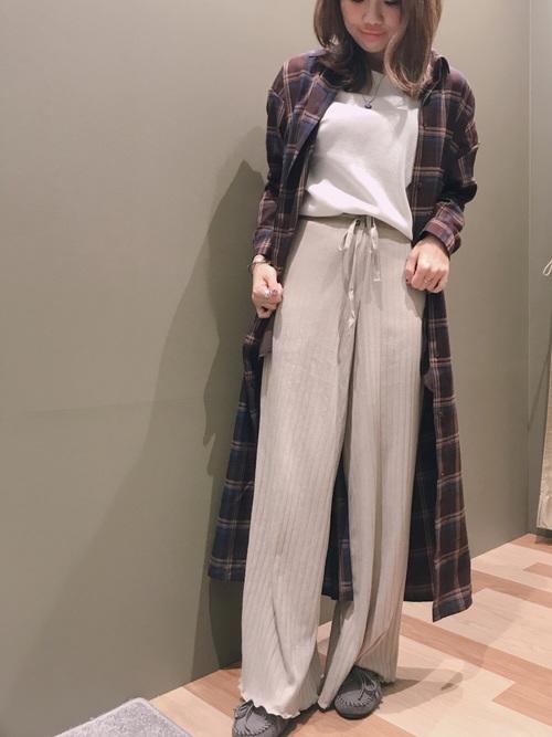チェックロングシャツ×リブニットパンツのコーデ画像