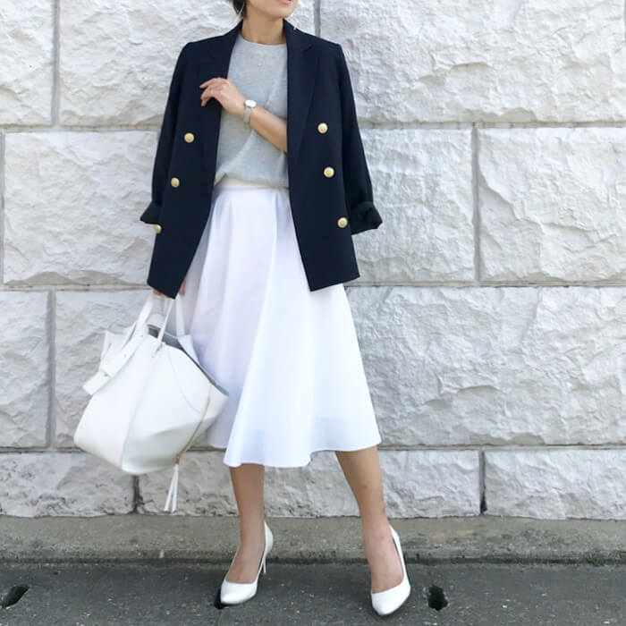 紺テーラードジャケット×白のフレアスカートのコーデ画像