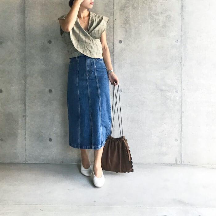 変形ブラウス×ロング丈デニムタイトスカートのコーデ画像