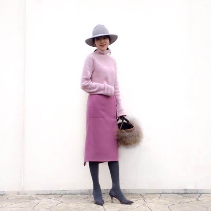 ピンクタイトスカートとピンクニットのコーデ画像