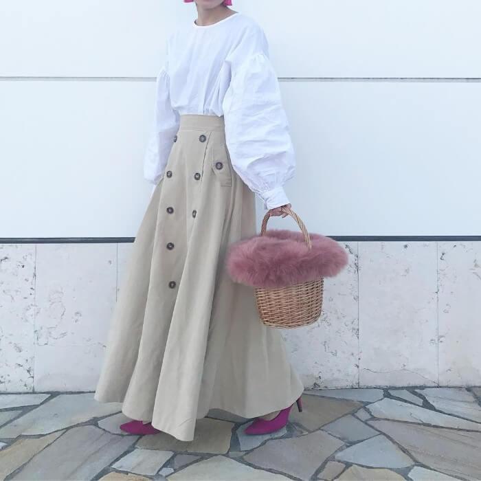 白ブラウス×ベージュフロントボタンスカートのコーデ画像