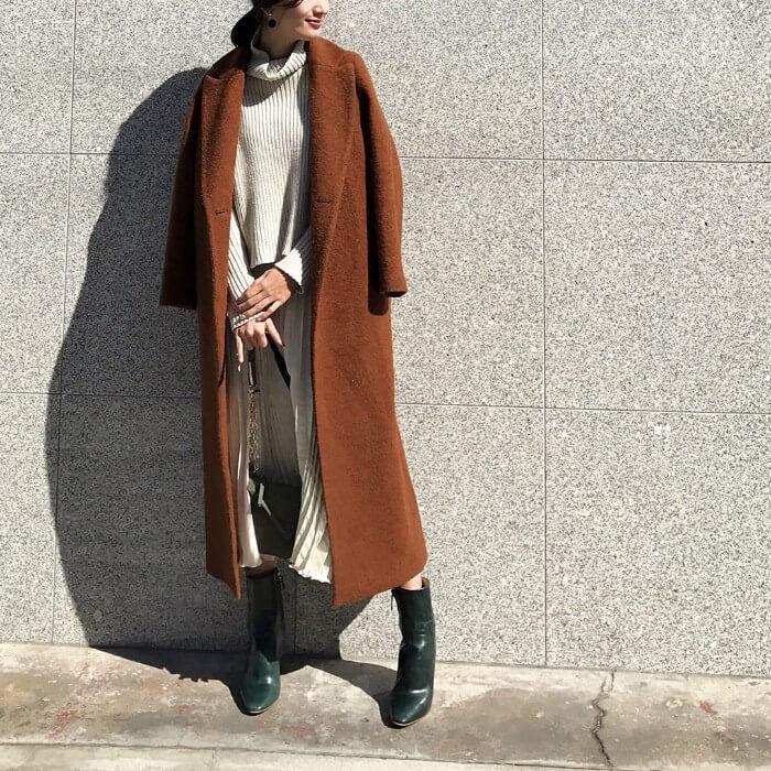 白のロングスカートとモスグリーンのブーツのコーデ画像
