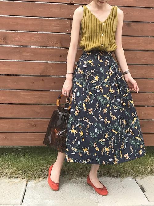 リブ編みのマスタード色ノースリーブと花柄スカートのコーデ画像