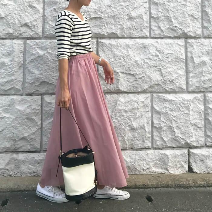 マキシ丈ピンクスカート×ボーダー柄トップスのコーデ画像