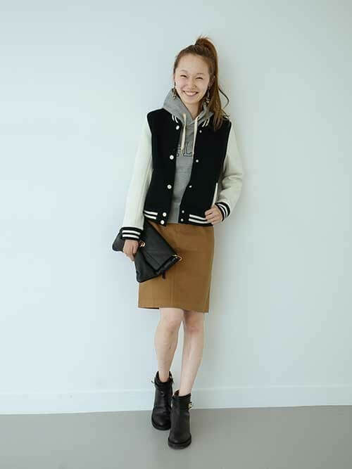 バイカラースタジャン×ブラウンタイトスカートの重ね着コーデ画像
