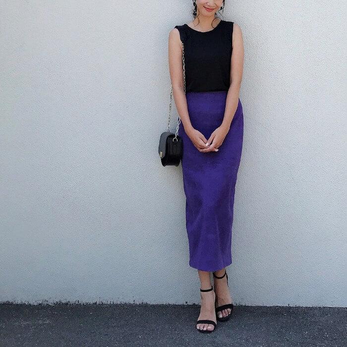 パープルのタイトスカート×黒ノースリーブ&黒小物のコーデ画像