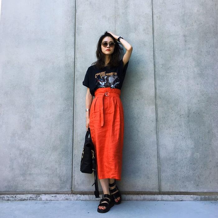 黒プリントTシャツ×ロングコクーンスカートのコーデ画像