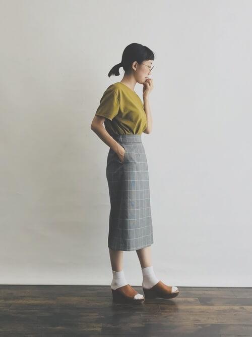 グレータイトスカート×くすみイエロートップスのコーデ画像