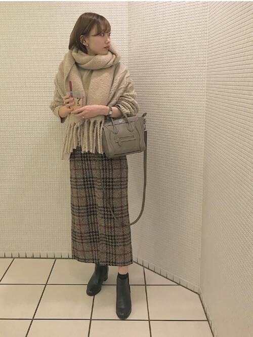 ベージュチェックロングタイトスカート×ベージュ色ニット&マフラーのコーデ画像