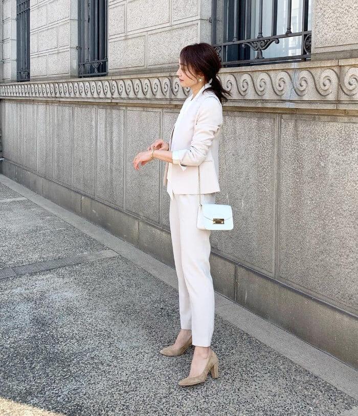 ホワイトベージュスーツ×ピンクベージュパンプスのコーデ画像