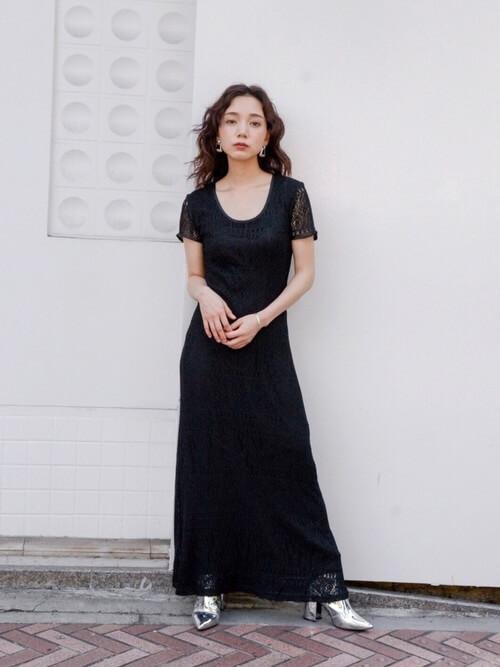 ブラックレースドレス×シルバーのポインテッドブーツのコーデ画像