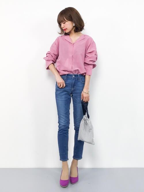 ピンクシャツ×スキニーデニム×ピンクパンプスのコーデ画像