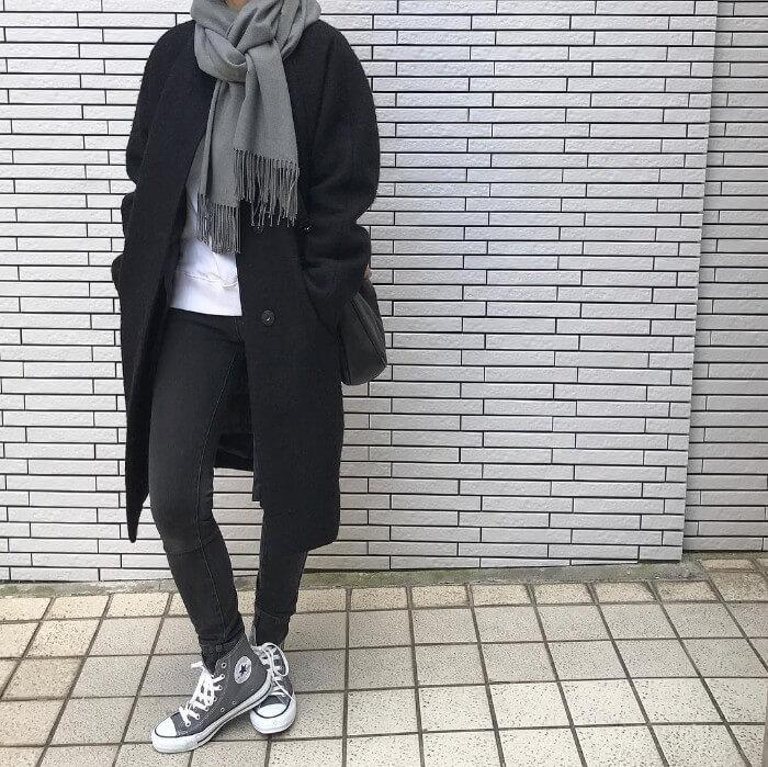 黒コート×黒スキニー×グレースニーカーのコーデ画像