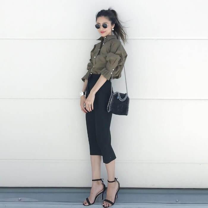 カーキボタンスカート×黒タイトスカートのコーデ画像
