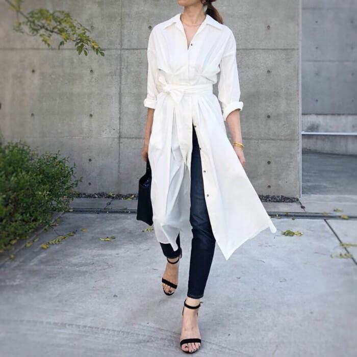 ベルト付き白シャツワンピース×デニムスキニーのコーデ画像