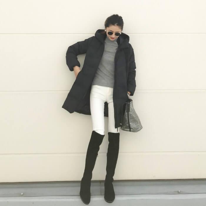白スキニー×ニーハイブーツ×黒ダウンコートのコーデ画像