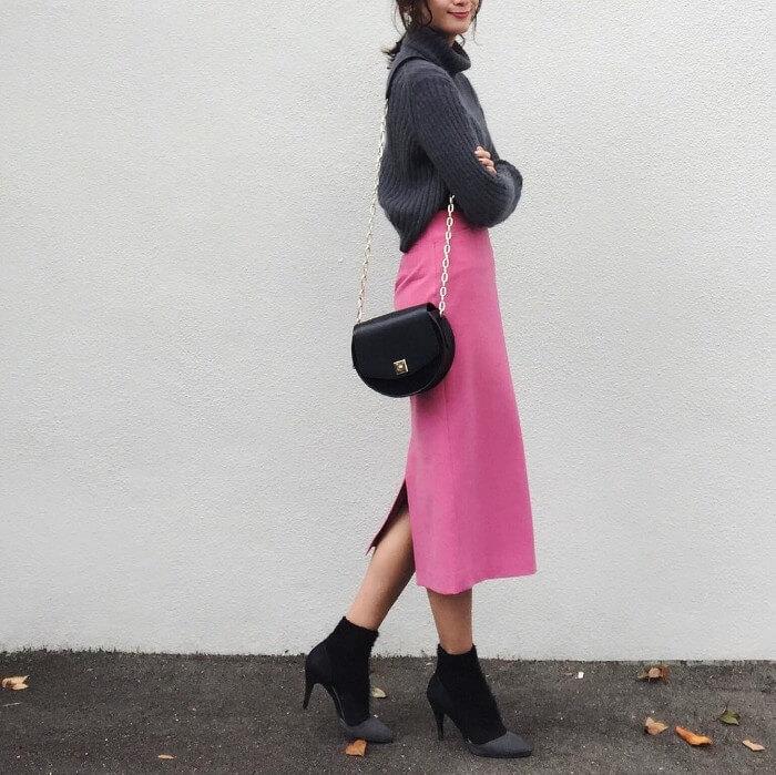 チャコールグレーニットとピンクタイトスカートのコーデ画像