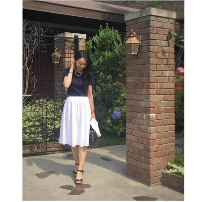 白膝丈フレアスカート×黒Tシャツ×上品小物のコーデ画像