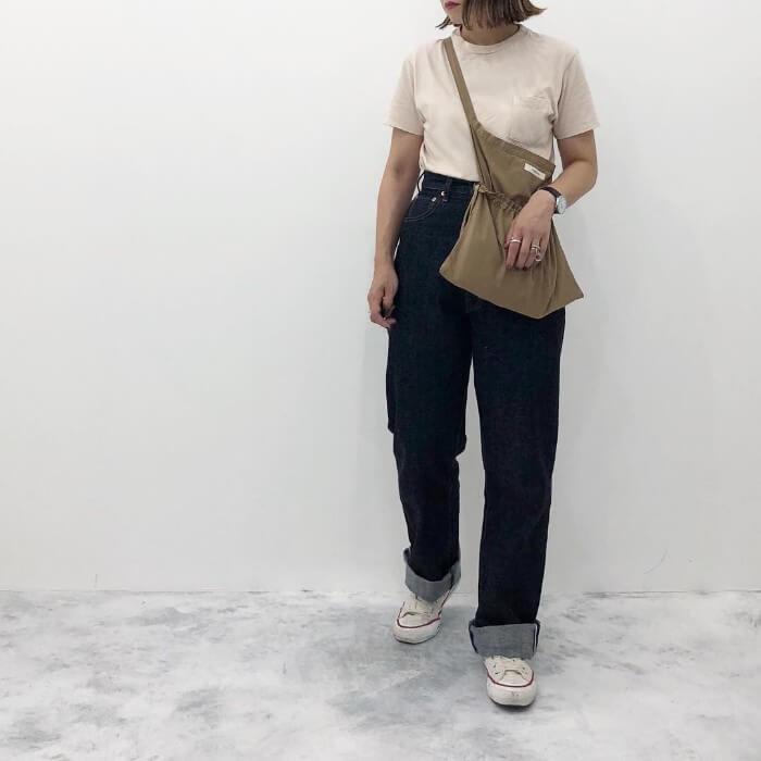 ベージュTシャツ×デニムワイドパンツのコーデ画像