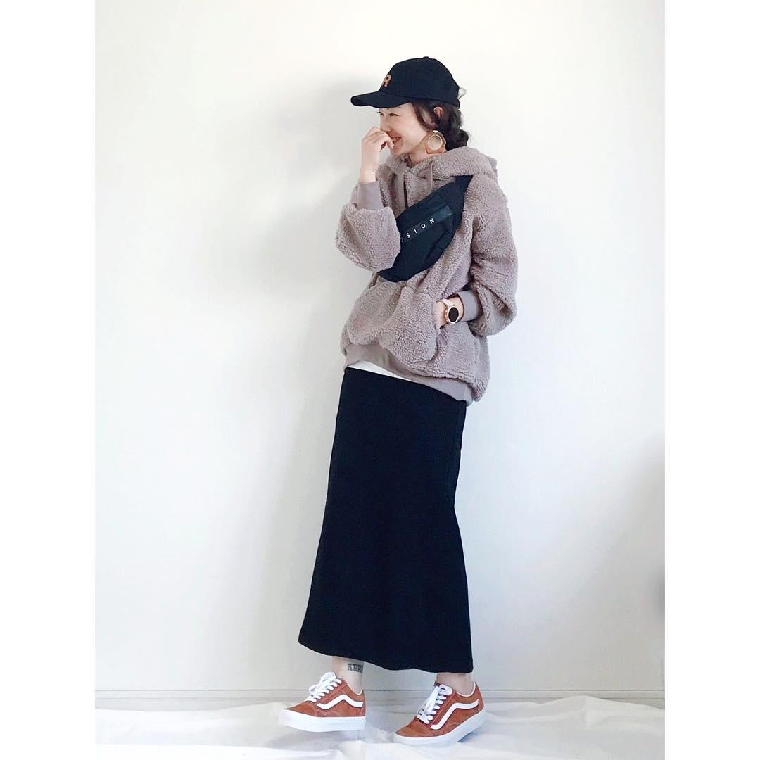 ベージュボアパーカー×黒タイトスカートのコーデ画像